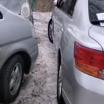 «Что это за парковщики?»: житель возмутился тем, как стоят машины