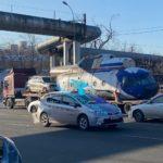 «Расслабься, это Владивосток»: фура с необычным грузом замечена на дороге