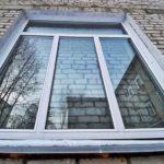 «Выглядит абсурдом»: новые окна в больнице поставили на кирпичную стену