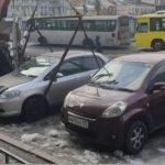 Есть шанс успеть «спасти»: идет эвакуация автомобилей у известного ТЦ
