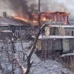 Полыхает нехило: горит деревянный дом