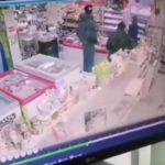 """""""Один отвлекает, второй тащит"""": двое парней ходят по магазинам и воруют"""