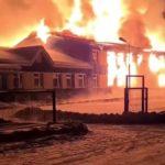 Огонь уничтожил здание за 1,5 часа: мощный ночной пожар попал на видео