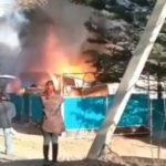 «На 10 метров не подойдешь»: мощный пожар охватил гараж с автомобилем