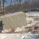 «Машины несет сверху»:  грузовики врезаются в угол дома один за другим