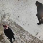«Мальчик еле вырвался»: в микрорайоне мужчина с ножом нападает на детей