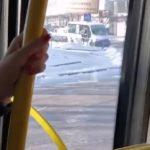 Автобус улетел с ледяного подъема: девушка-пассажирка поразила людей - видео