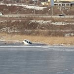 """""""В поисках медали"""": автомобиль провалился под лед около берега"""