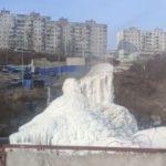 «Нужен прорыв!»: ледяной фонтан образовался прямо в городе
