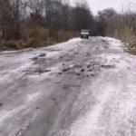 «И это 2021 год»: жители «прорубают дорогу топором»