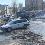 Замерзает на глазах: в ловушке оказались автомобилисты из-за порыва