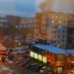 «Там к подъезду не проехать»: в эти минуты пожар бушует в жилом доме