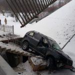 За рулем женщина: автомобиль упал с моста на железную дорогу