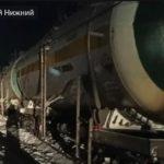 С рельсов сошли 8 вагонов: автомобиль врезался в поезд