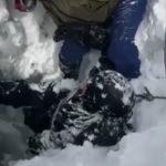 20 минут над пропастью: невероятная история двух сноубордистов попала на видео