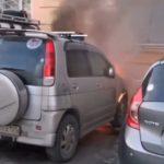 «Удивляет спокойствие»: пожар охватил припаркованный автомобиль
