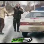 «Подрезали и не дали проехать»: «неадекватные» мужчины кидаются на людей и бьют машины