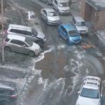 """""""Лучше не заезжать"""": люди пожаловались на ледяные ямы и глубокие лужи во дворе"""