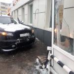 Сломал женщине руку и врезался в магазин: полиция разбирается в ДТП
