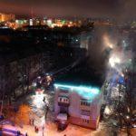 «Пинал машины, пожарным не проехать»: мощный пожар бушует на крыше жилого дома