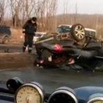 Водителя выбросило на дорогу: автомобиль влетел в столб на острове Русском