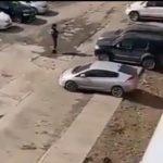 «Быстренько машинки убирайте»: автомобили эвакуируют во дворах спального района