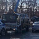 Владельцев не пускают к машинам: массовую эвакуацию проводит ГИБДД