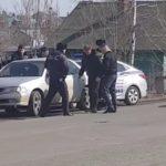 «Что-то резко полиция работает»: жесткое задержание идет прямо на дороге