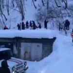 Под завалами - мужчина, женщина, ребенок: лавина сошла возле школы на Камчатке