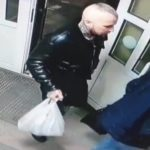 Череп на шее и надписи на руках: дерзкого преступника ищет полиция