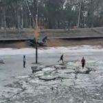 «Две девчонки провалились»: тревожное видео сняли на озере