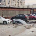 Три машины просто засосало: ЧП произошло на парковке торгового центра