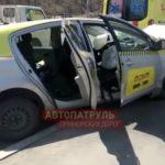 На месте реанимация: такси с 17-летней пассажиркой врезалось в столб
