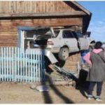 Внутри - младенец: автомобиль влетел в дом и застрял в окне