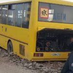 «На это жутко смотреть»: автобус для перевозки детей попал в «плен» в Приморье