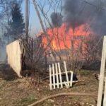 «Если собственники смотрят, надо приехать»: мощный пожар бушует на дачах