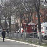На месте - полиция, пожарная, скорая: ученики трёх школ бегут с вещами