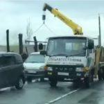 «Народ, убирайте машины»: эвакуатор ловко собирает свои «жертвы» на районе