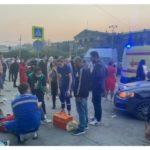 Сбиты 5 взрослых и двое детей: автомобиль на скорости влетел в толпу людей