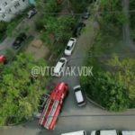 «Шесть пожарных и ни одна не может проехать»: горит подъезд жилого дома во Владивостоке