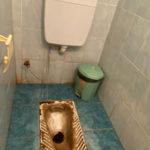 Дети отпрашиваются в туалет домой: топ самых плохих уборных в школах