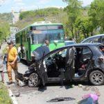 В машине двое детей: женщина врезалась в полный пассажиров автобус