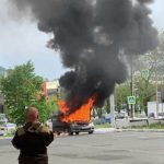«Задымилась ещё на светофоре»: машина вспыхнула на парковке известного магазина