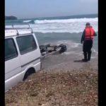 """""""Волна усиливается. Собирайся"""": тревожное видео записали очевидцы на берегу"""