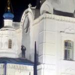 Подросток справил нужду с крыши церкви