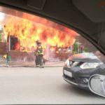 «Ужас, неужели замыкание?»: мощный пожар вспыхнул на остановке во Владивостоке