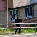 «Не знаешь, что у него на уме»: мужчина с винтовкой ходит в оживленном районе