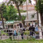 «Шерстят, в кольцо взяли»: бойцы ОМОНа нагрянули на известный рынок